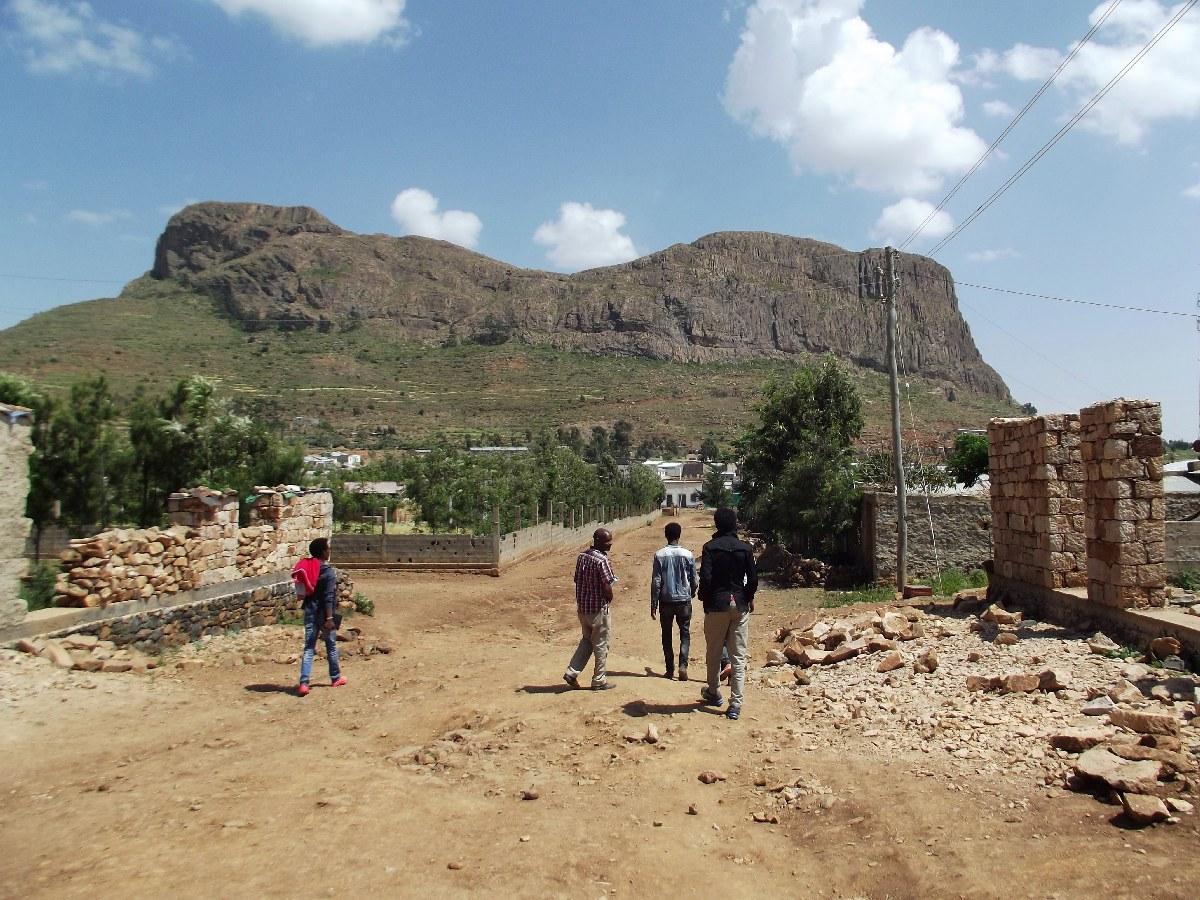 Cette montagne a longtemps protégé la ville des bombardements érythréens. L'Érythrée se trouve juste de l'autre côté.  Visite, trek et randonnée à Fastsi en Ethiopie