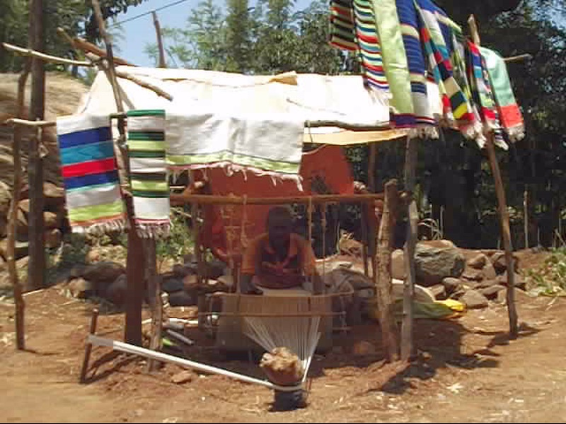 L'artisan tisserand de Ganolé au Pays Konso. Voyage Séjour Trek Trekking Randonnée Road Trip en Ethiopie Visite de la Vallée de l'Omo en Ethiopie.