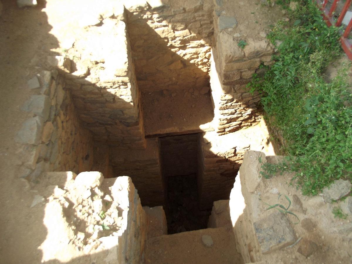 Ce tunel relierait les tombes à l'Erythrée et au Yemen. Trek, randonnée et visite d'Axum en Ethiopie. Les Tombes du Roi Kaleb et de son fils le Roi Gebre Meskel (Gabra Masqal)