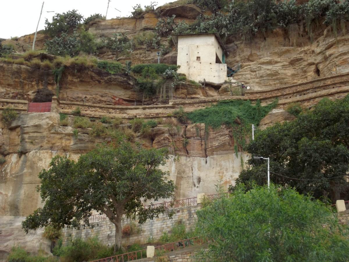 Chacun doit escalader en rappel les quinze derniers mètres de la falaise
