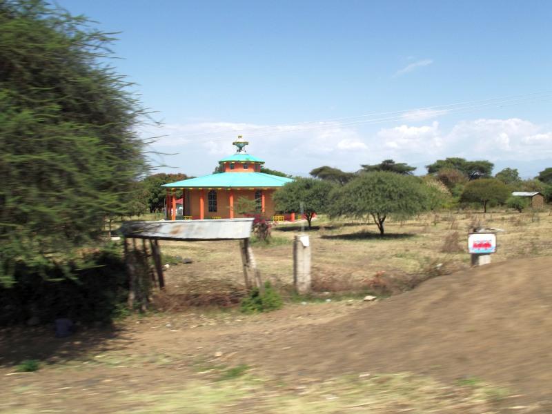 Au détour de la piste, une église apparaît. Voyage Séjour Trek Trekking Randonnée Road Trip en Ethiopie Visite de la Vallée de l'Omo en Ethiopie la Ville de Dorze