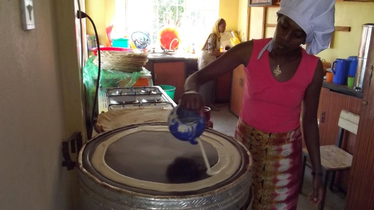 Verser la préparation de l'injira en cercle sur la plaque