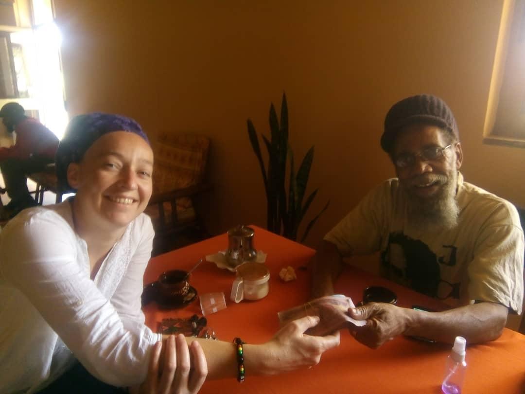 Bérénice, présidente de Yawenta, et Marcus, responsable de Ancients of Days, lors de la remise des dons à Shashamane, Ethiopie