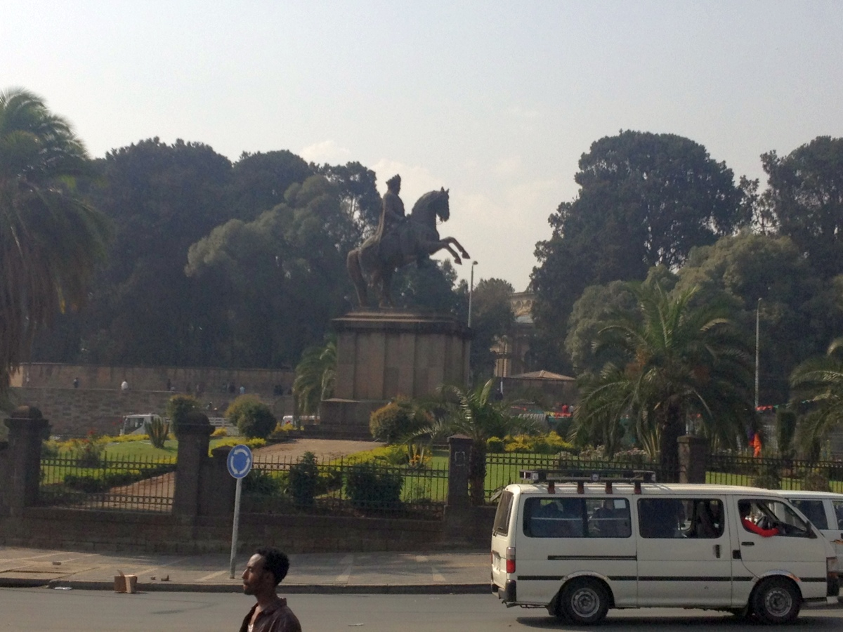 La Place Ménélik II. Trek, randonnée et visite d'Addis Abeba.