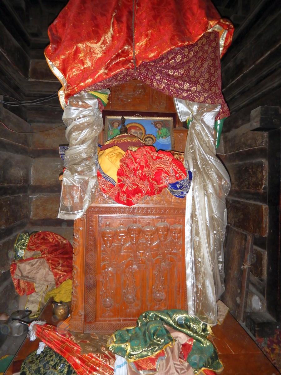 L'Autel où sont posés les Talbots. Trek, randonnée à Lalibela en Ethiopie. Visite de l'Eglise Yemrehanna Kristos en Ethiopie.