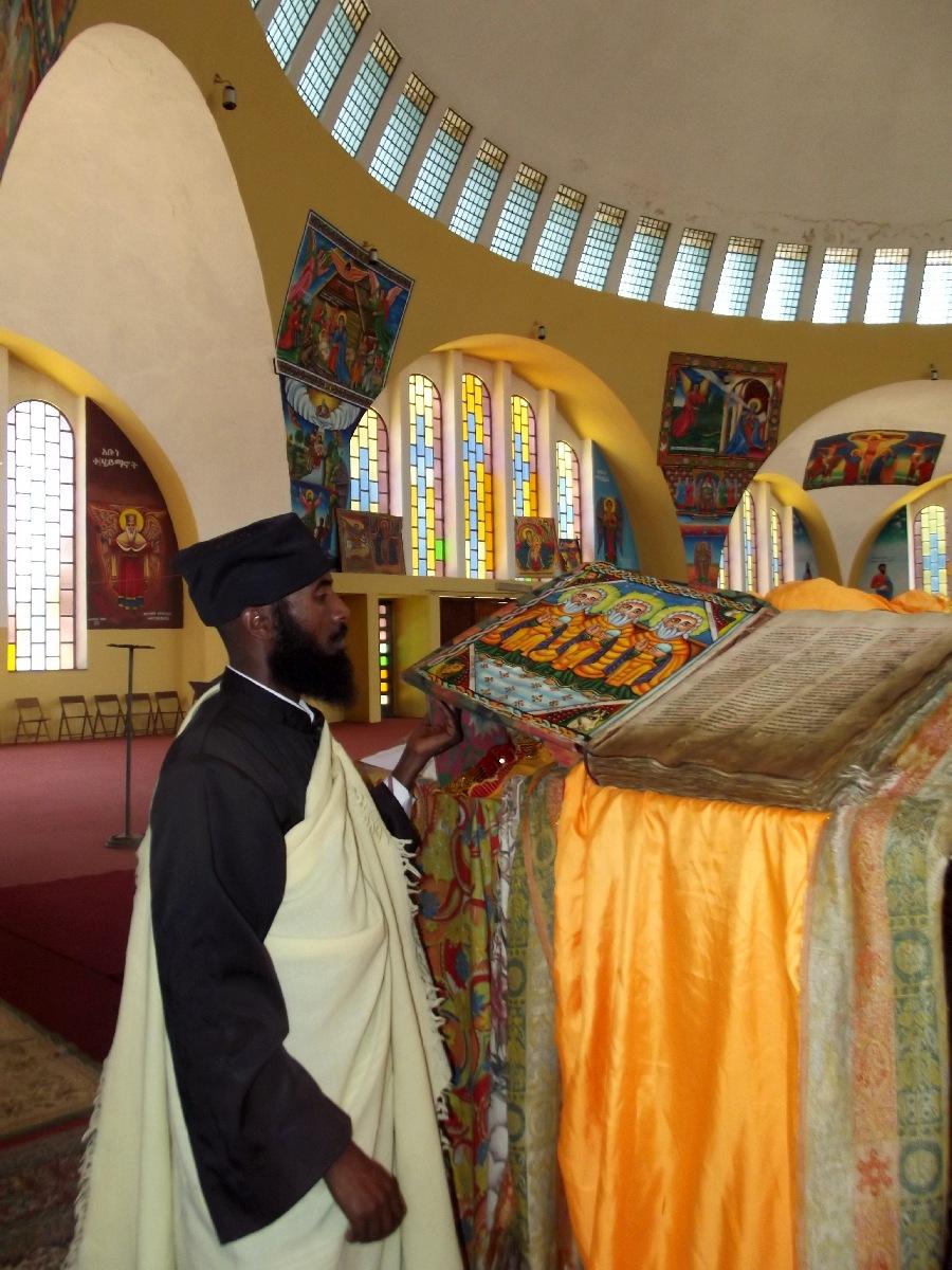L'Abuna me montre la plus ancienne bible de Sainte Marie de Zion. Trek, randonnée et visite d'Axum en Ethiopie, l'Eglise Sainte Marie de Sion d'Axum (Axoum) en Ethiopie, St Maryam of Zion Church.