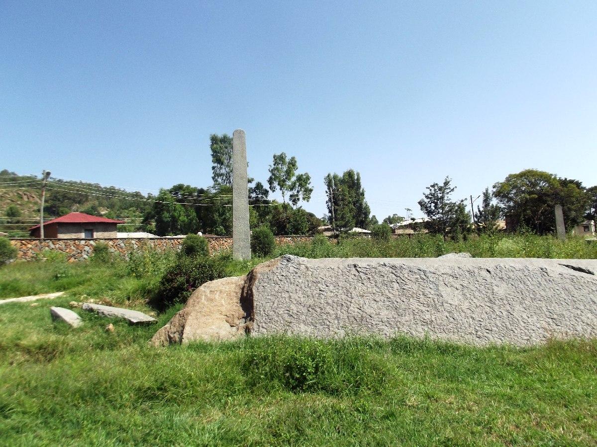 Cette stèle non achevée attend son heure. Voyage Séjour Trekking et randonnée, Road Trip en Ethiopie. Visite d'Axum en Ethiopie.  les Stèles d'Axum