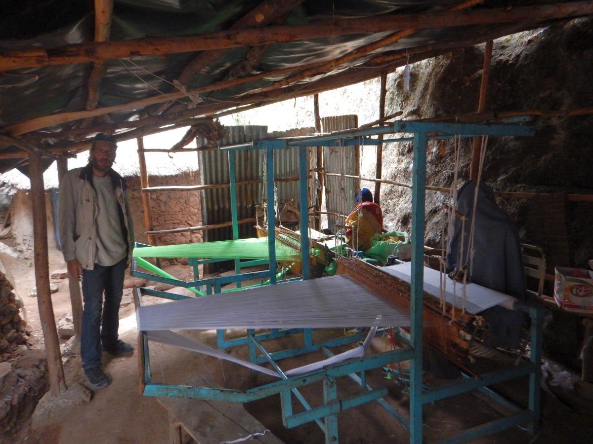 Un moine au travail. Visite du monastère de Lalibela en Ethiopie