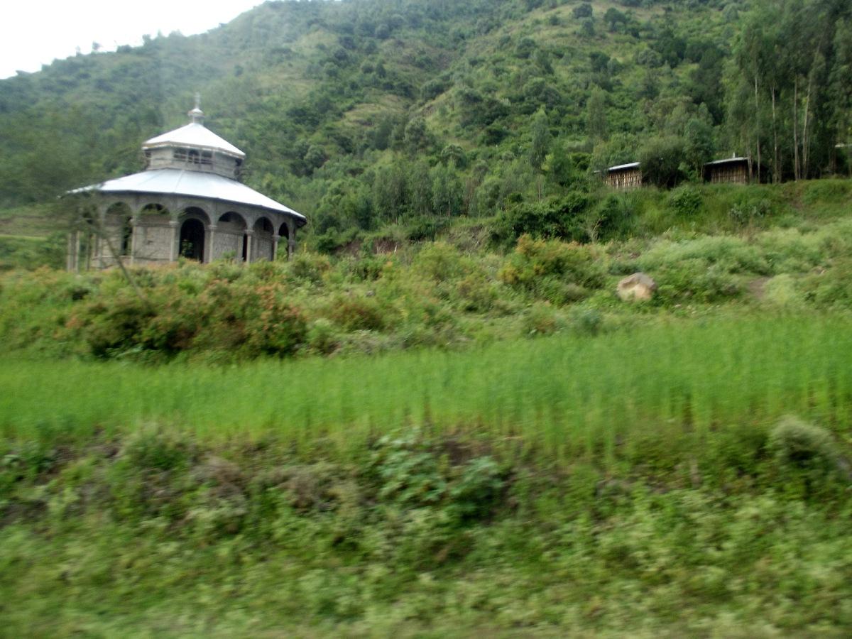 L'église est partout même isolée dans les montagnes éthiopiennes. Voyage Séjour Trekking et randonnée, Road Trip en Ethiopie, route d'Addis Abeba vers le Tigré en autocar