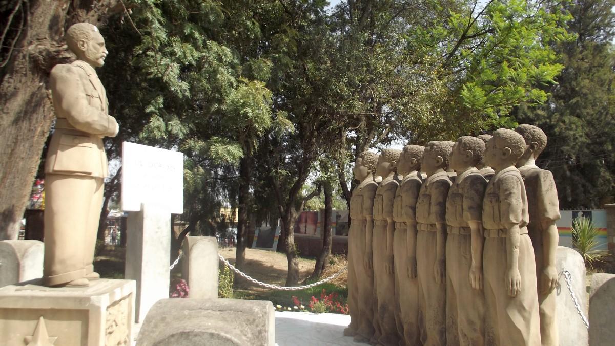 Sculpture du Roi des rois Haile Selassie I et des douzes orphelins au National Museum d'Addis Abeba en Ethiopie. Sculpteurs éthiopiens.