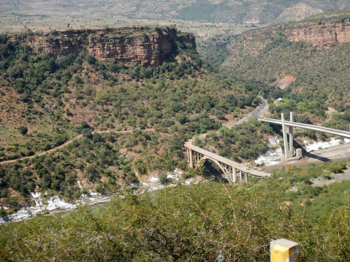 Vous pouvez voir l'ancienne route sur le flanc de la colline. Voyage Séjour Road Trip Trek Trekking Randonnée en Ethiopie. Trip Road de Bahir Dar (Bardhar) à Addis Abeba