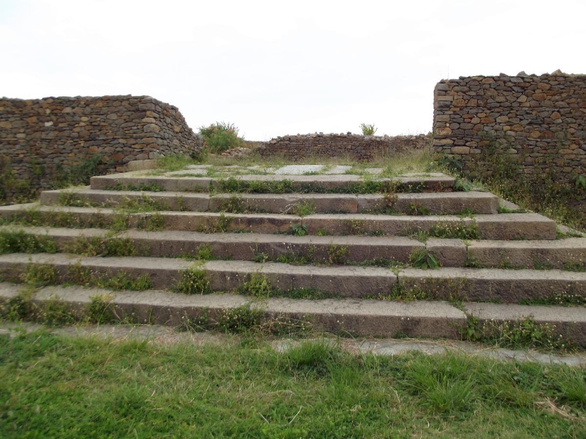 L'escalier montant vers la Salle du Trône. Trek, randonnée et visite d'Axum en Ethiopie. Le Palais de la Reine de Saba / Le Palace de Makeda
