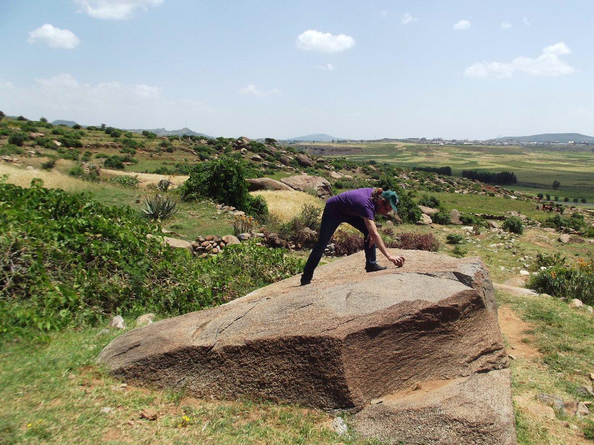 J'essaye de fendre le boc de granit. PATIENCE. Trek, randonnée et visite d'Axum en Ethiopie. Autour d'Axum. Gobo Dura, la Forêt de Granit