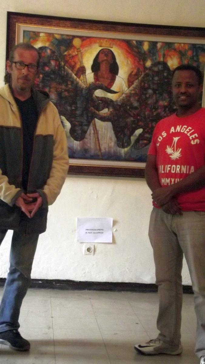 Robel Berhane et Mawuli devant un des chefs d'oeuvre de l'Artiste Peintre éthiopien. Robel Berhane Mawuli-Ethiopie Art Ethiopien Artistes Peintres  Association Plateforme Commerce  Artisanat Ethiopien Solidaire Equitable en Ethiopie Made in Ethiopia