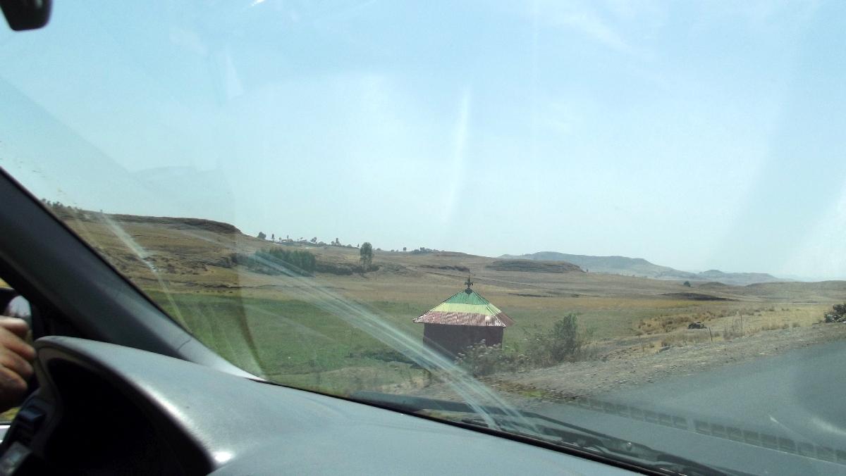 Lorsque la route devient dangereuse, vous pouvez vous arrêter faire un don pour être protègé dans ces petites chapelles. Trek et randonnée, Road Trip en Ethiopie, route de Debre Libanos à Addis Abeba
