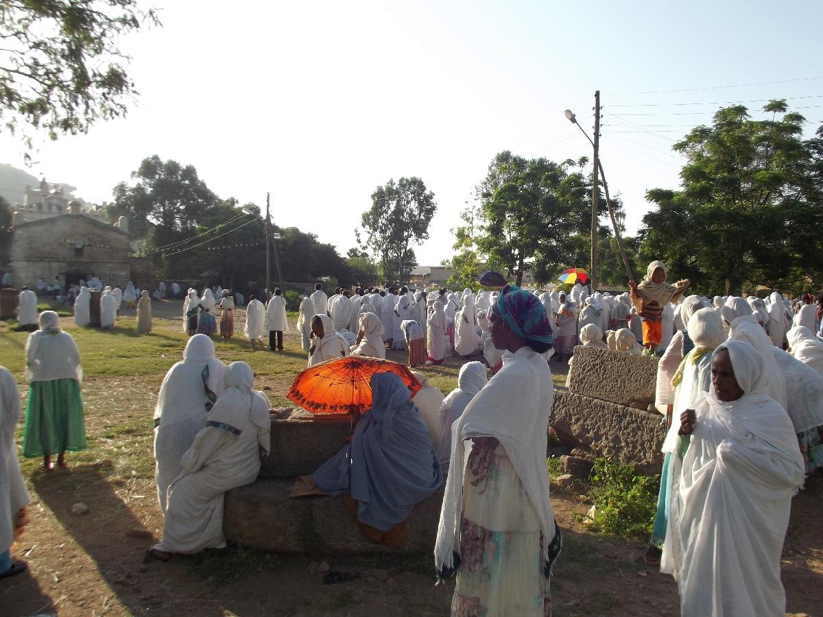 Les femmes ne pouvant rentrée, elles attendent à l'extérieur la distribution d'eau bénite .  Trek, randonnée et visite d'Axum en Ethiopie.