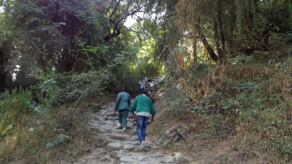 The way is hard. Le chemin est difficile. Voyage Séjour Road Trip Trek Trekking Randonnée en Ethiopie. Debre Libanos, La Grotte de Takla Haymanot