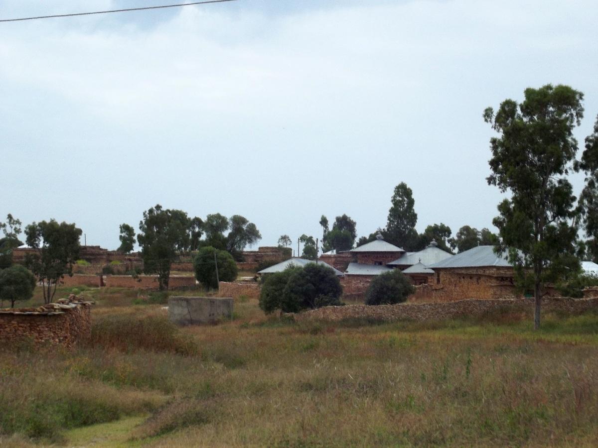 Le champ devant les demeures des moines de Dabra Damo. Voyage Séjour Road Trip Visite trekking et randonnée au monastère Debre Damo en Ethiopie.