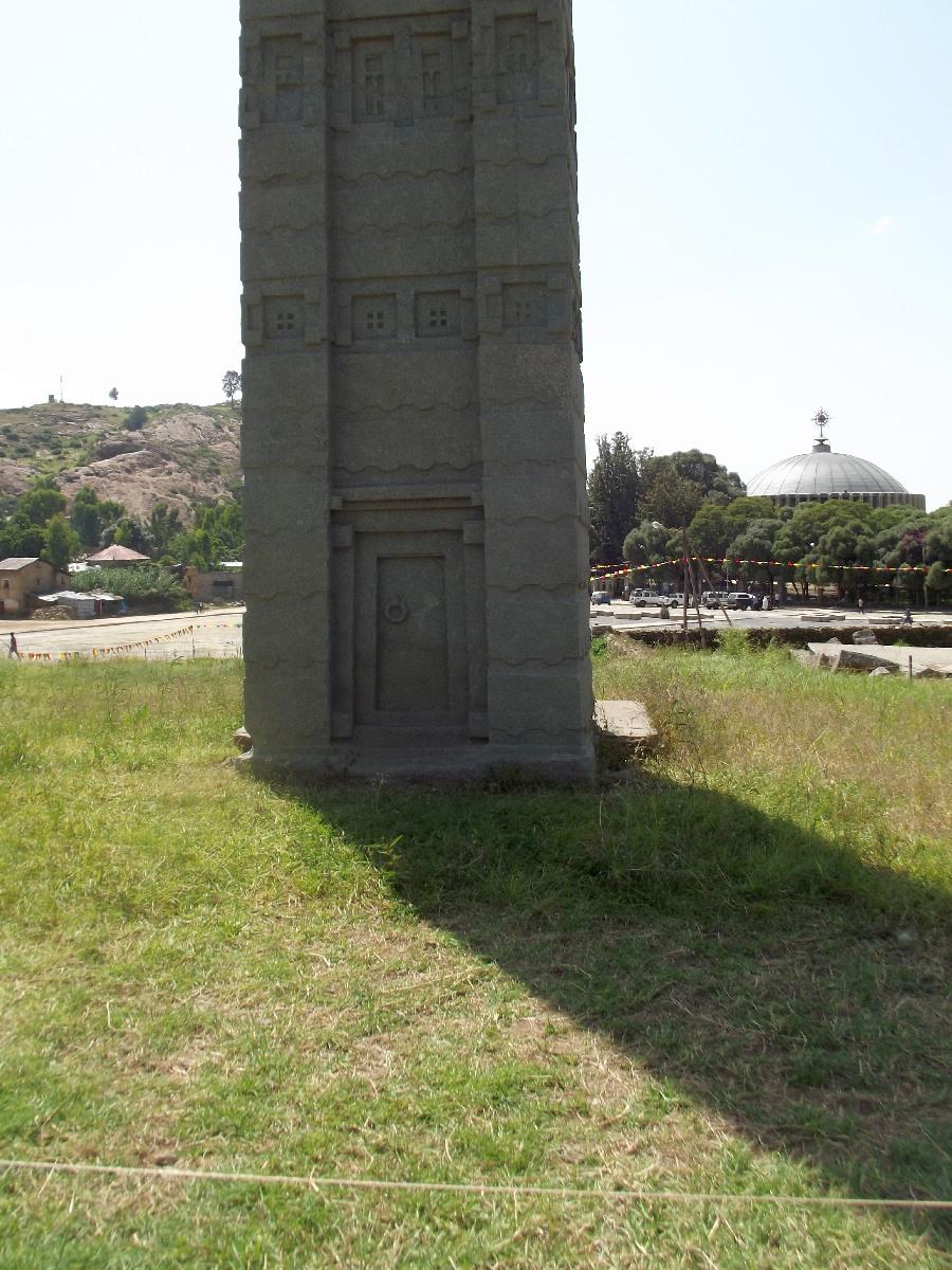 L'âme pure du défunt, par cette porte, atteignait son Créateur. Voyage Séjour Trekking et randonnée, Road Trip en Ethiopie. Visite d'Axum en Ethiopie.  les Stèles d'Axum