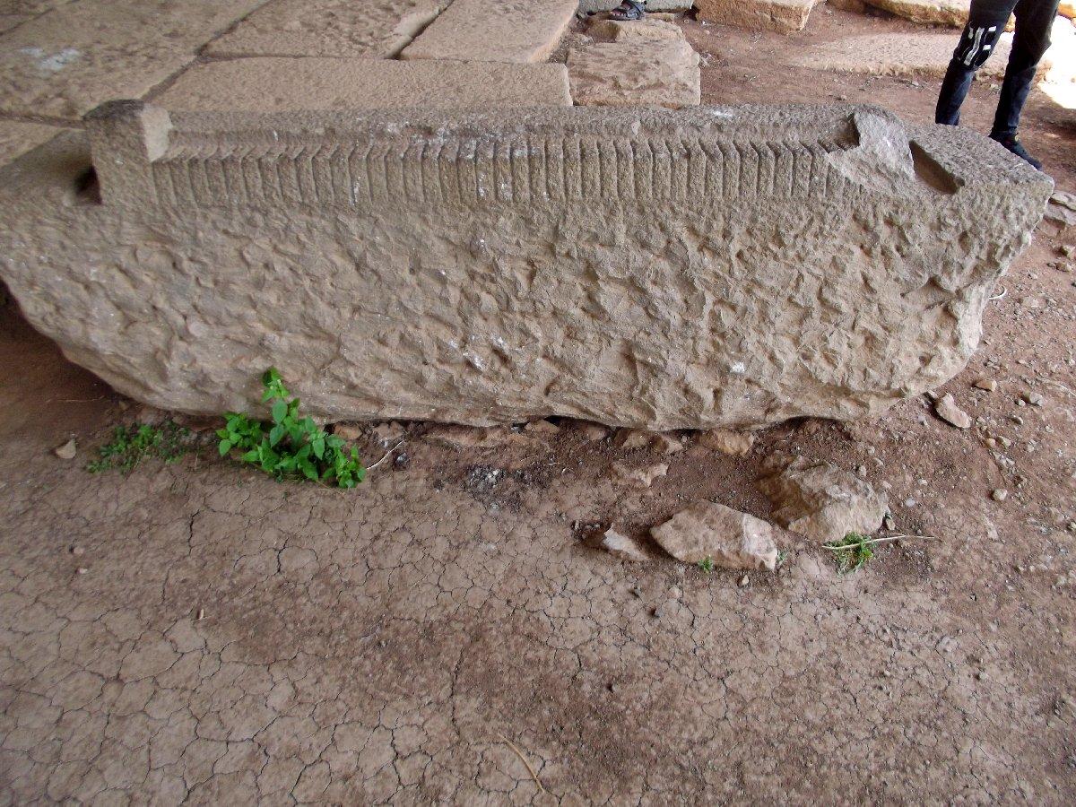 Cet instrument servait pour la taille des pierres. Trek, randonnée et visite d'Axum en Ethiopie. La Tombe du Roi Remhai ou la Tombe de la fausse porte