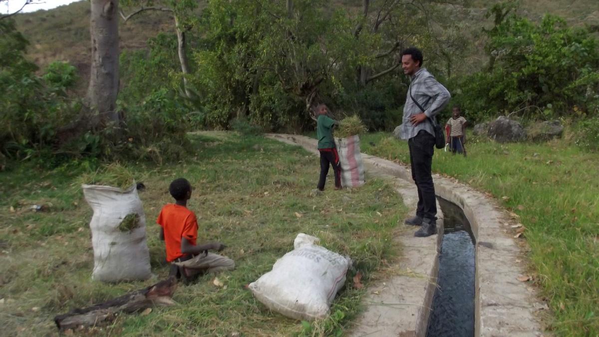 Ces enfants attendent les éventuels clients de la fameuse décoction qu'ils transportent dans leurs sacs de toile.