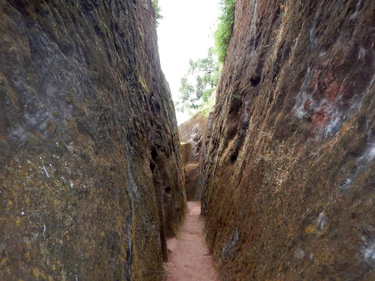 Tranchée reliant les églises de Lalibela . Trench connecting the churches of Lalibela. Trek, randonnée autour des églises monolithiques  de Lalibela en Ethiopie