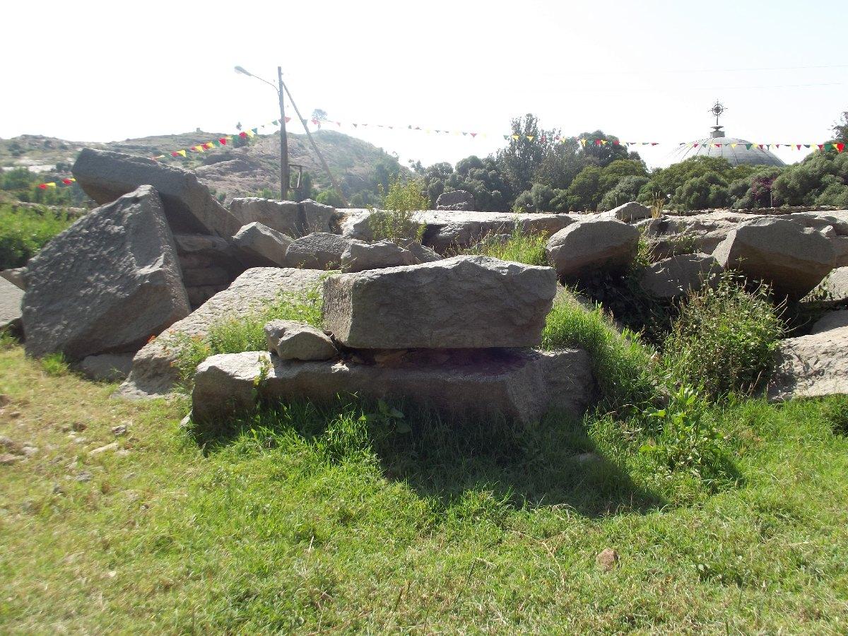 Certaines stèles furent détruites par la reine Falasha Yodit. Voyage Séjour Trekking et randonnée, Road Trip en Ethiopie. Visite d'Axum en Ethiopie.  les Stèles d'Axum