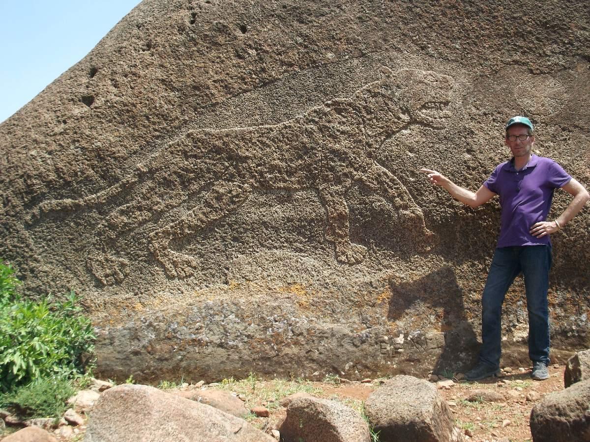 Au dessus de ma tête vous pouvez observer la croix du Roi Ezana. Trek, randonnée et visite d'Axum en Ethiopie. Autour d'Axum. Gobo Dura, la Forêt de Granit