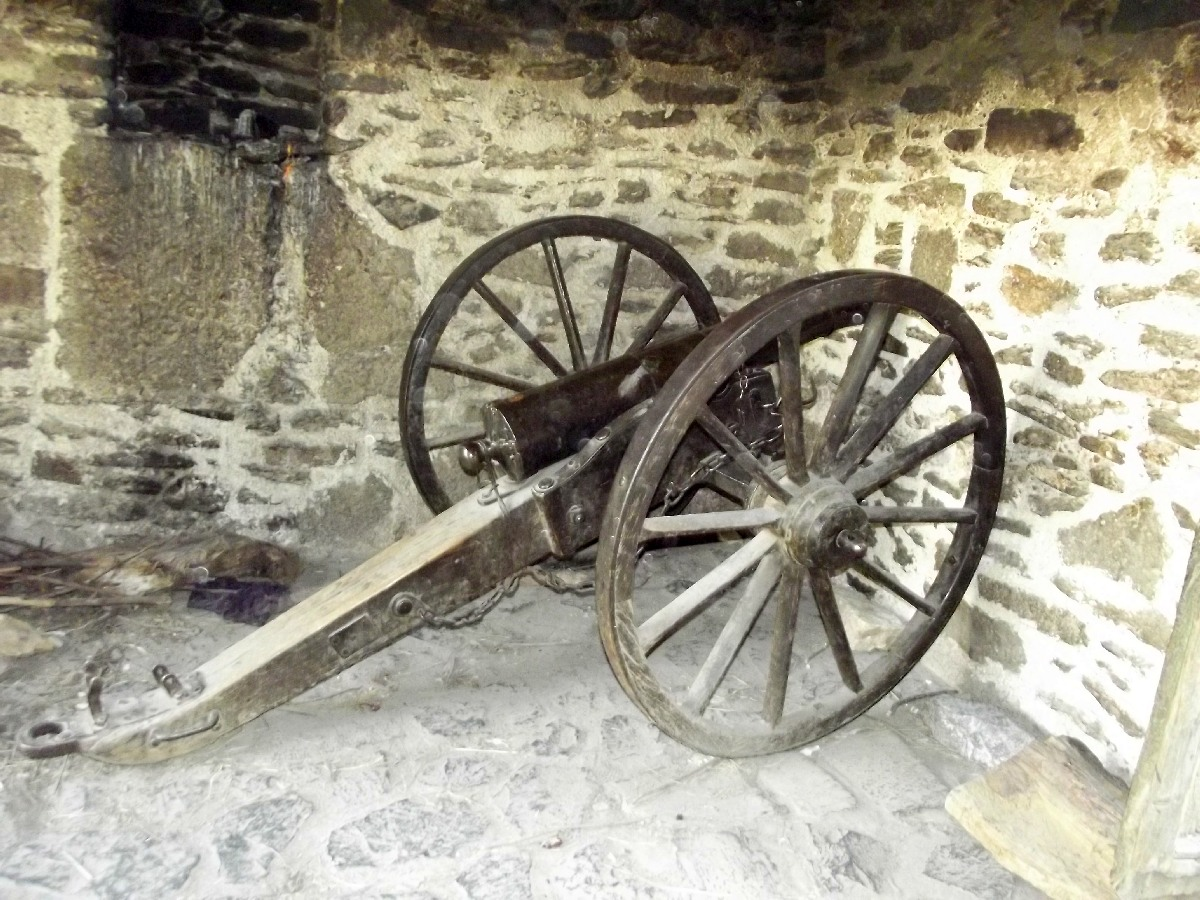 Ce canon italien fut saisi lors de la guerre et servit à la défense d'Axum.  Trek, randonnée et visite d'Axum en Ethiopie.