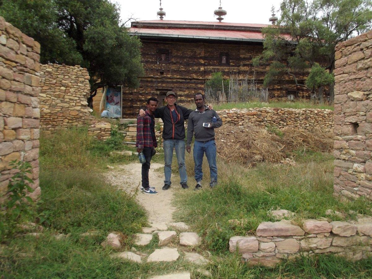 A l'entrée du monastère Debre Damo dans le Tigré en Ethiopie. Trek et randonnée, visite de Debre Damo en Ethiopie.  L'Eglise Abba Aregawi.