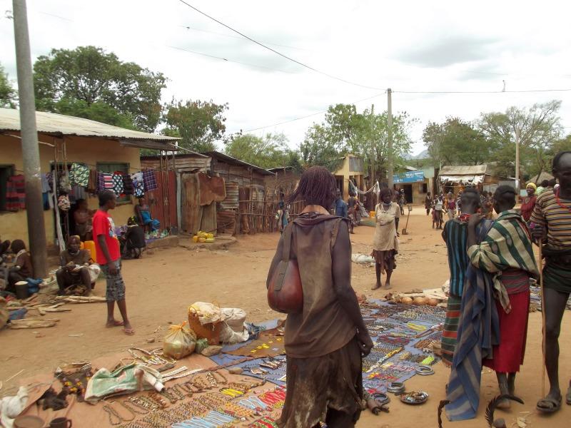 Le marché Hamer à Dimeka en Ethiopie. Voyage Séjour Trek Trekking Randonnée Road Trip en Ethiopie Visite de la Vallée de l'Omo en Ethiopie.
