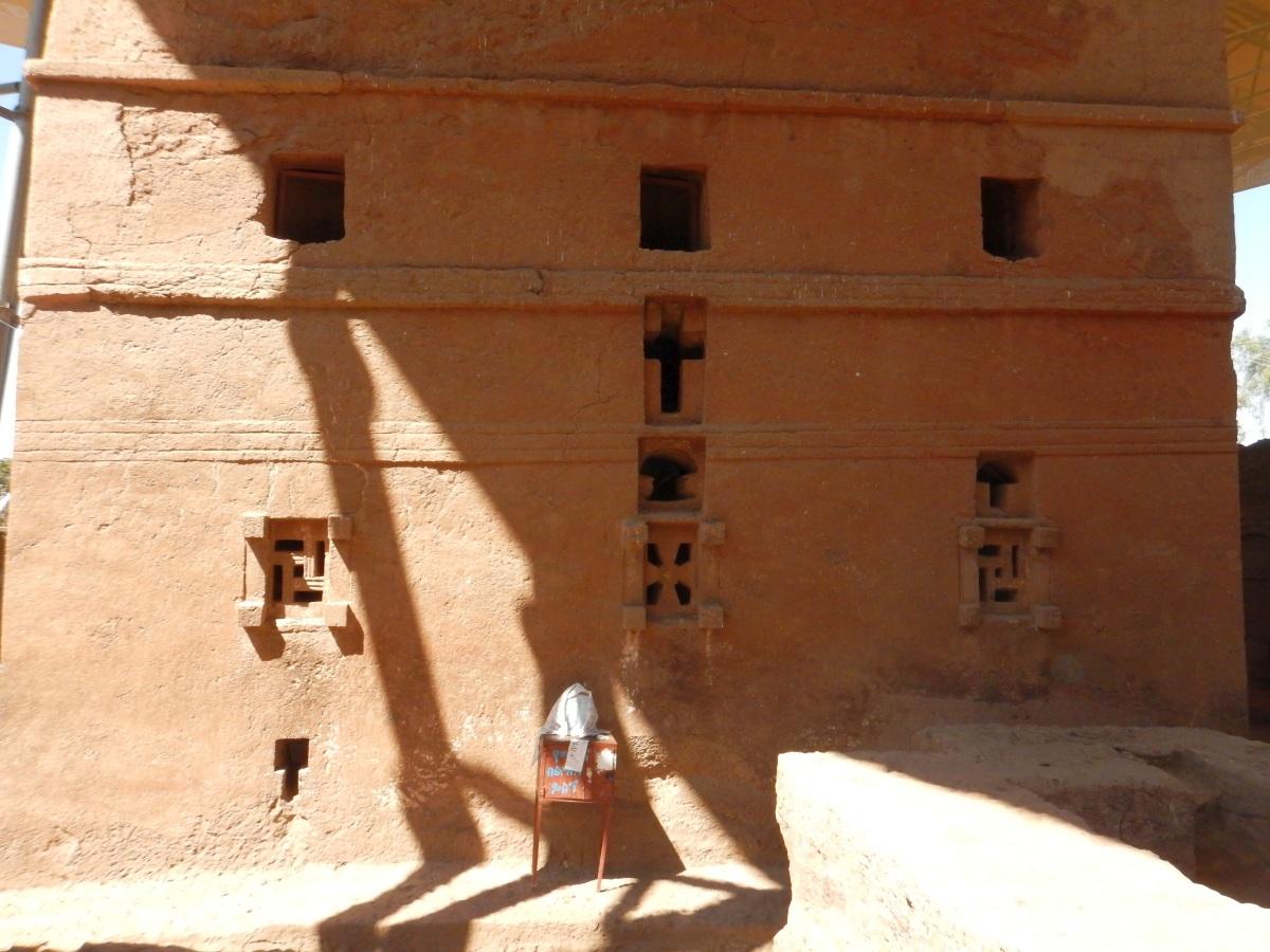 La face aux Saintes Croix. Visite de l'église Beta Maryam de Lalibela en Ethiopie  Trek à  Lalibela Voyage Séjour Trekking Randonnée Road Trip en Ethiopie.