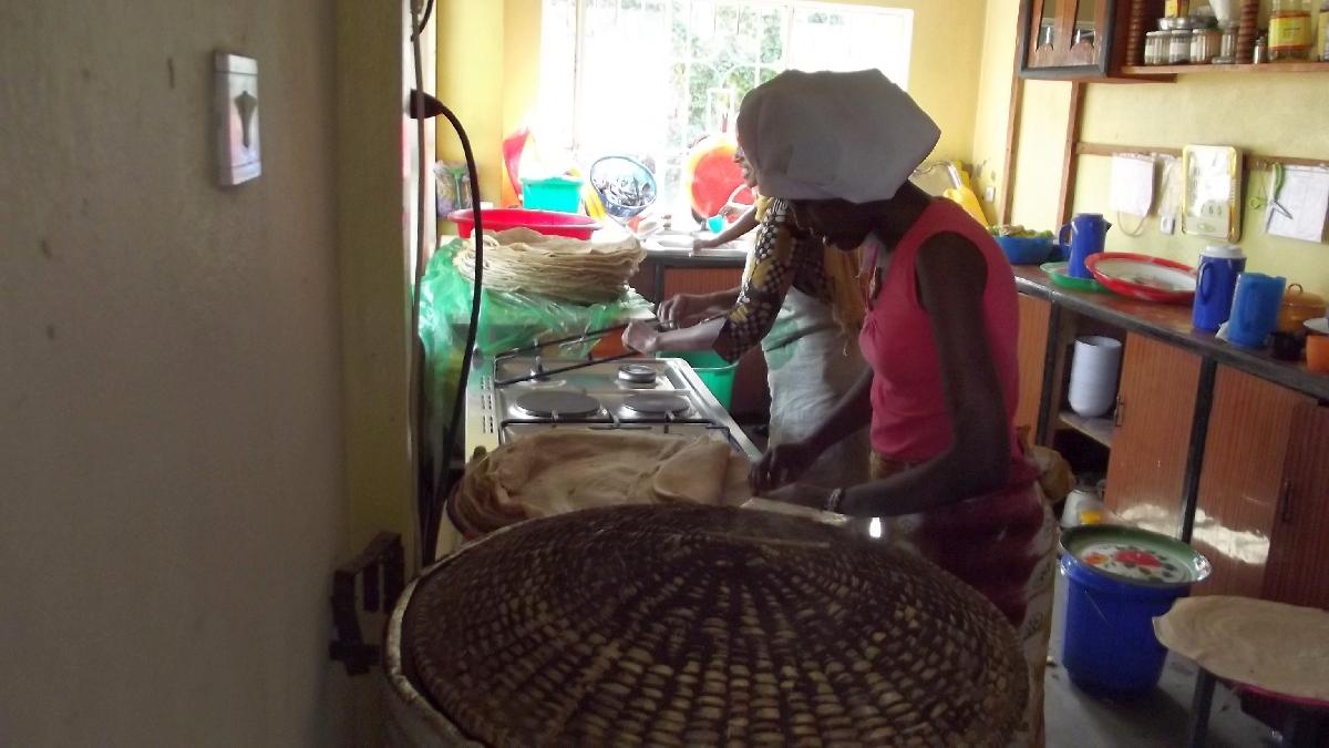 L'injira finit sa cuisson à couvert