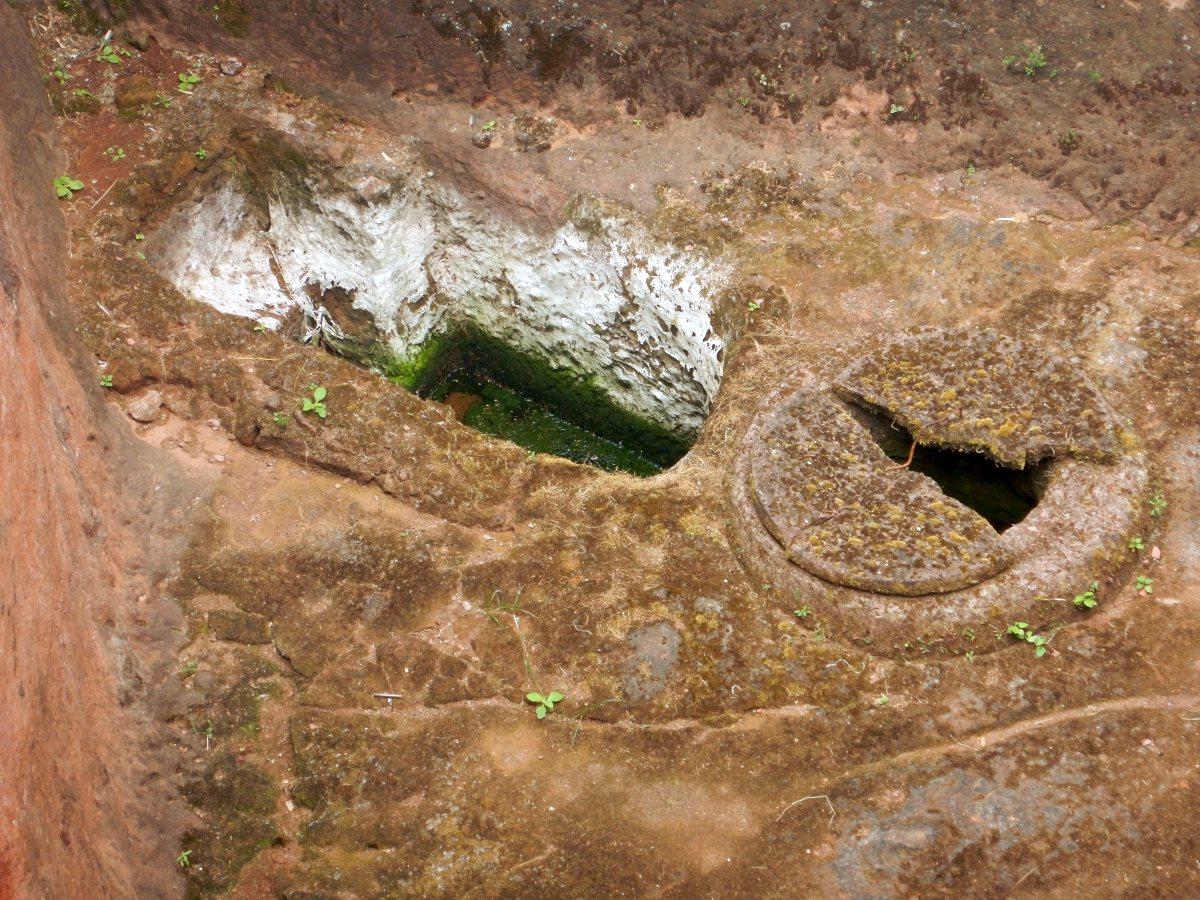 Le Lac souterrain de Lalibela. Visite des Eglises Beta Gabriel et Beta Raphael à Lalibela en Ethiopie Trek à  Lalibela Voyage Séjour Trekking Randonnée Road Trip en Ethiopie.