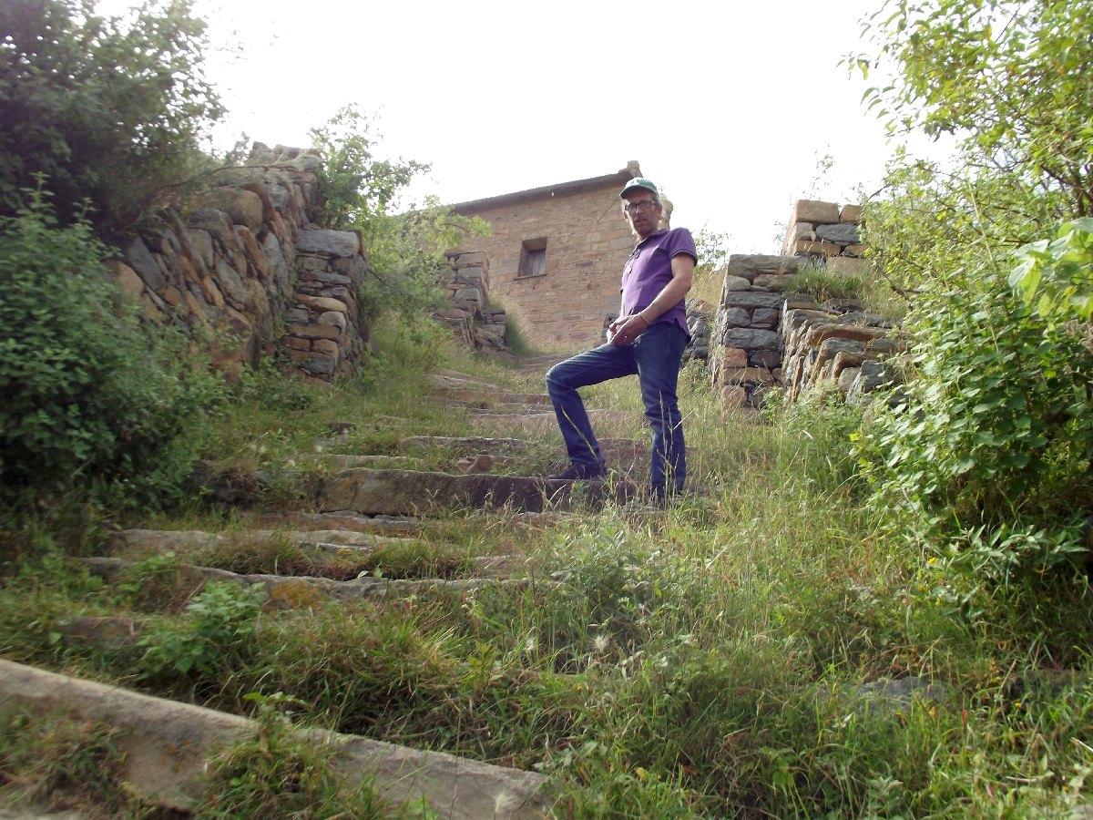 Reprenons l'ascension vers l'Eglise St Pantalewon. Trek, randonnée et visite d'Axum en Ethiopie. Autour d'Axum. Le monastère St Pantalewon