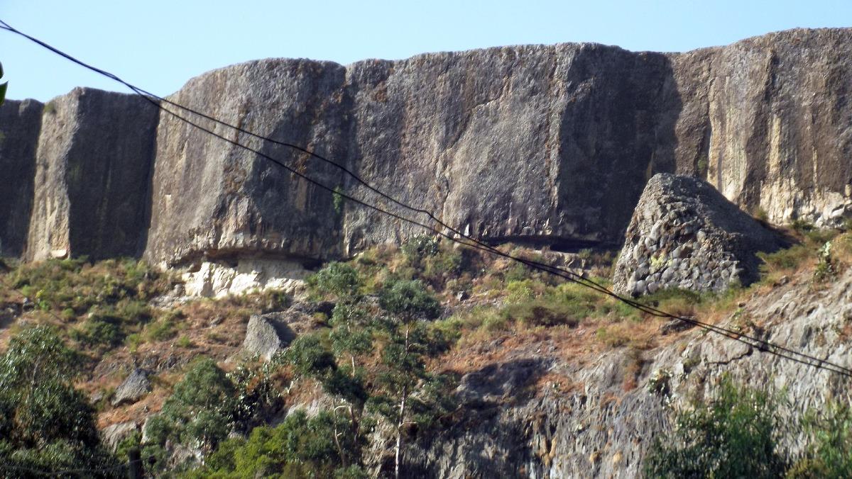 La grotte se trouve au sommet. Voyage Séjour Road Trip Trek Trekking Randonnée en Ethiopie. Debre Libanos, La Grotte de Takla Haymanot