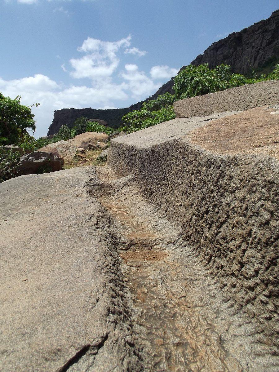 Cette stèle à moitié finie dévoile la technique employée par les axoumites. Trek, randonnée et visite d'Axum en Ethiopie. Autour d'Axum. Gobo Dura, la Forêt de Granit