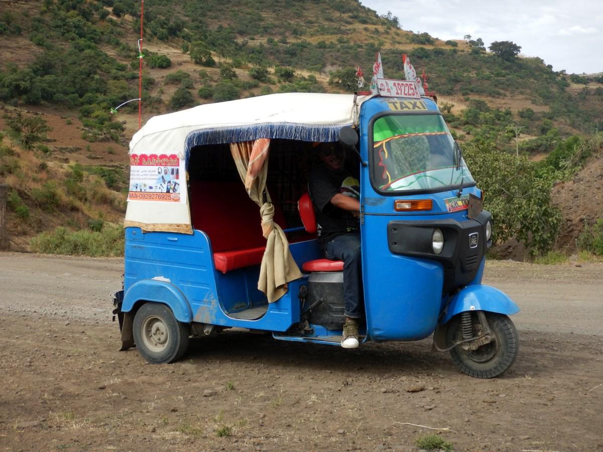 La route du miel saint. Séjour Voyage Road Trip Trek Trekking randonnée à Lalibela en Ethiopie. Sur la route de l'Eglise Yemrehanna Kristos en Ethiopie.