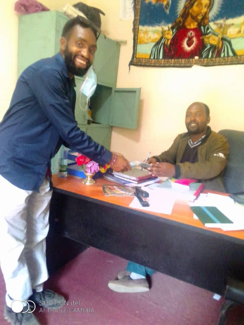 Jonathan remet notre don au responsable de la paroisse de Shashamane. Ethiopie