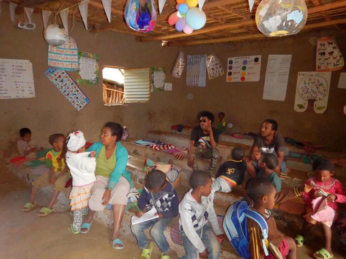 A l'école, petits et grands :). Trek, randonnée et visite de la communauté Awra Amba en Ethiopie.