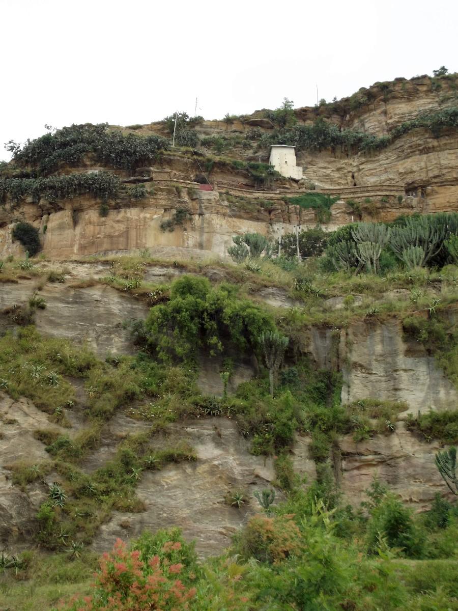 Le Portique d'accès au Monastère de Dabra Damo en blanc sur la photo. Trek et randonnée, Road Trip jusqu'à Debre Damo en Ethiopie.