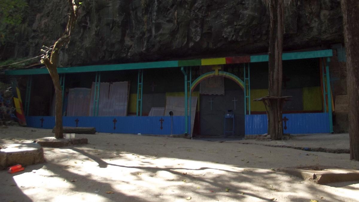 La sainte grotte de Takla Haymanot / Takla Haymanot's Holy Cave.  Voyage Séjour Road Trip Trek Trekking Randonnée en Ethiopie. Debre Libanos, La Grotte de Takla Haymanot
