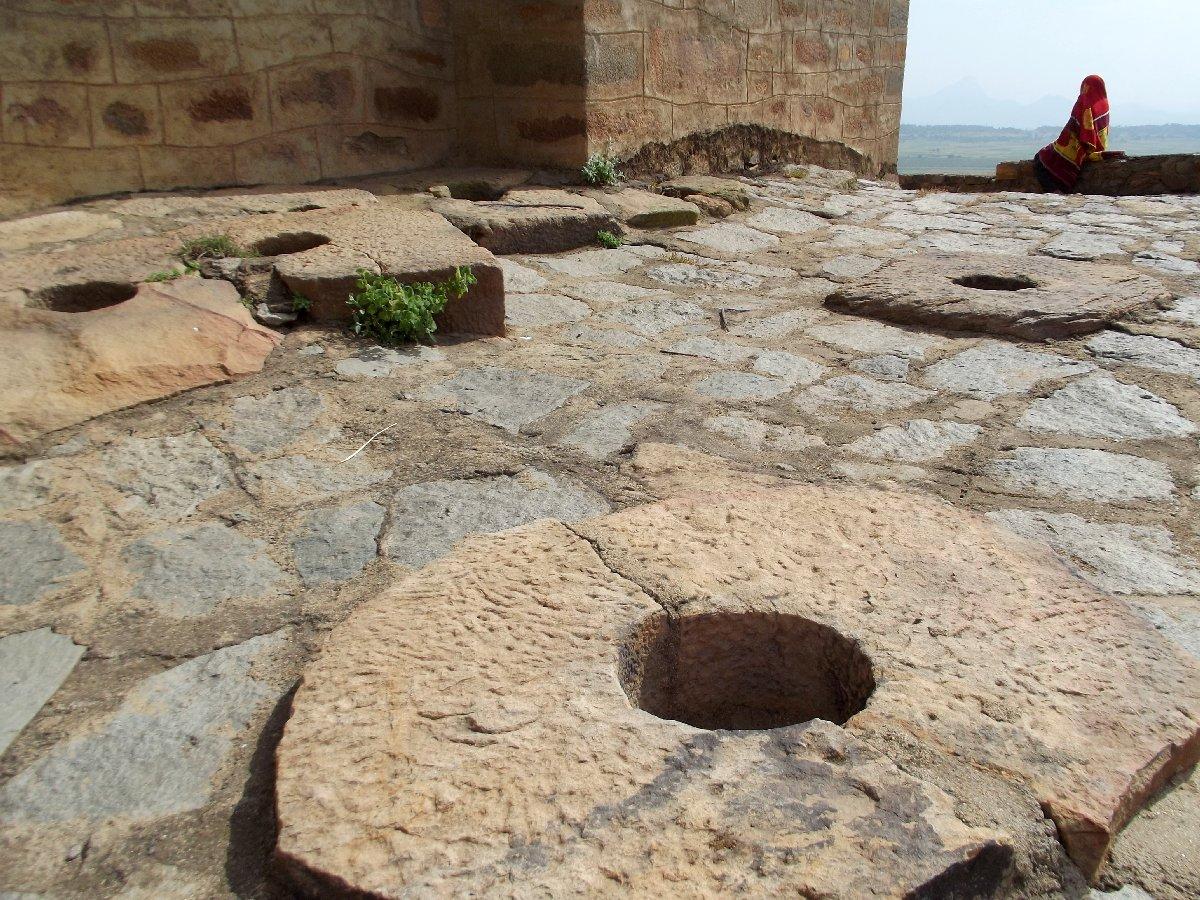 Les traces de l'ancien palais sabéen. Trek, randonnée et visite d'Axum en Ethiopie. Autour d'Axum. Le monastère St Pantalewon