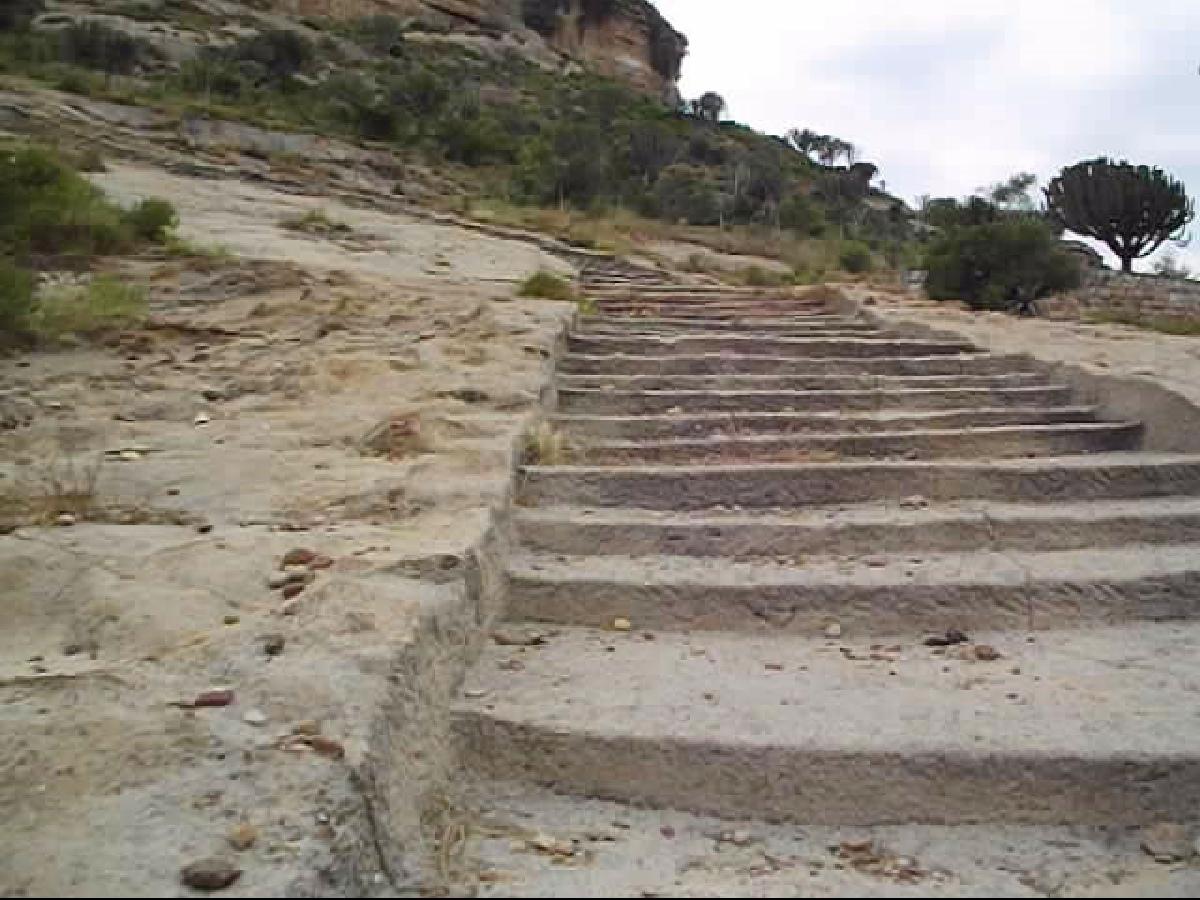 Le chemin de pèlerinage se termine par des escaliers en pierre datant du 11ème siècle. Il reste tout de même 3 kilometres  avant d'arriver devant le Jendé.