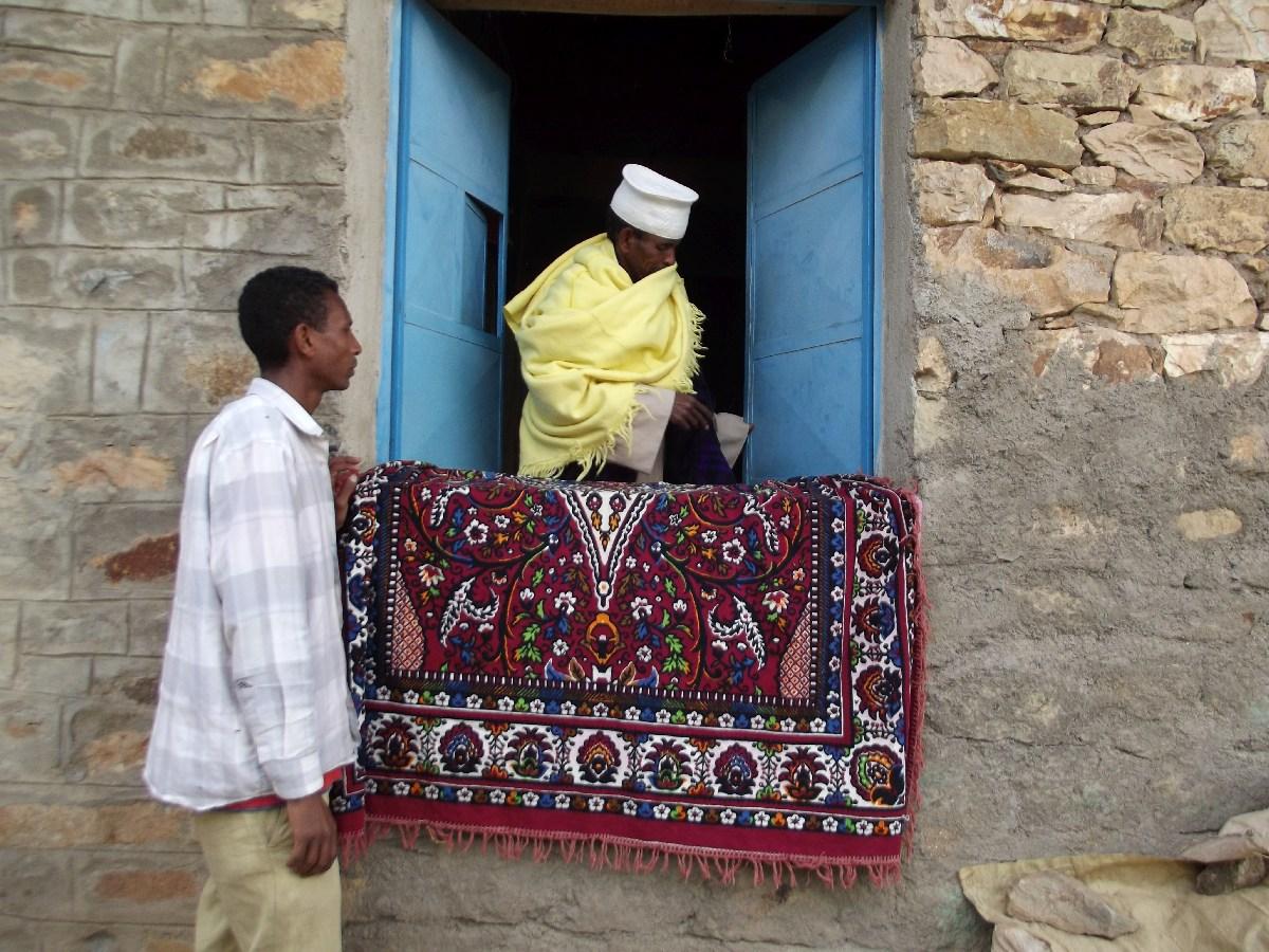 L'Abuna nous montre les trésors du Saint Monastère de Pantalewon. Trek, randonnée et visite d'Axum en Ethiopie. Autour d'Axum. Le monastère St Pantalewon