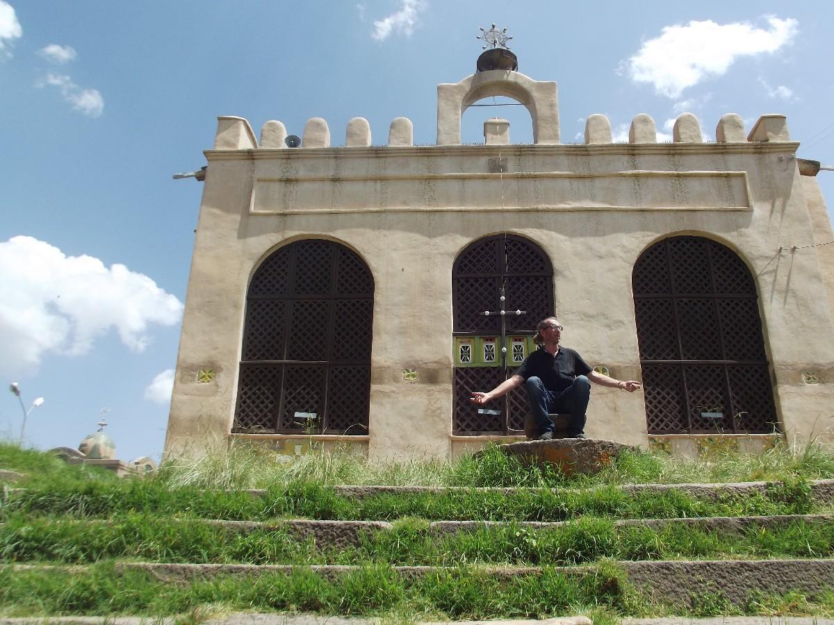 Assis sur le Trône de David. Trône où était couronné les empereurs axumites d'Ethiopie. Trek, randonnée et visite d'Axum en Ethiopie, l'Eglise Arbatu Ensessa d'Axum (Axoum) en Ethiopie.