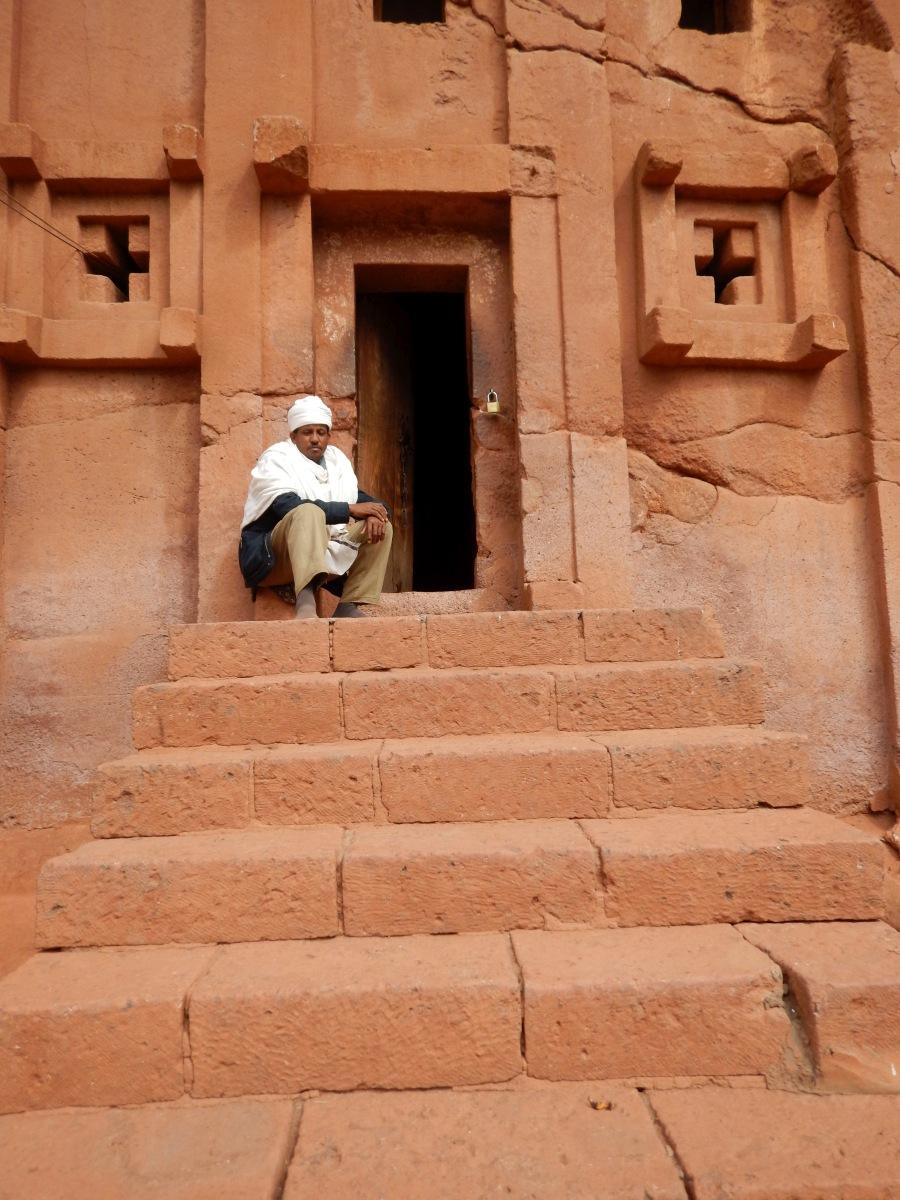 Le moine de Beta Aba Libanos. Visite de l'église monolithique Beta Abba Libanos de Lalibela en Ethiopie