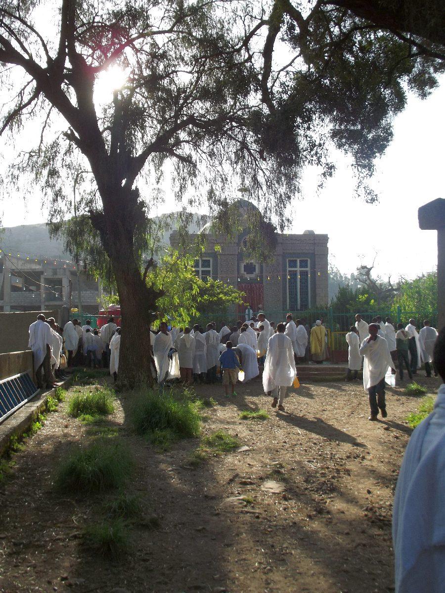 Les fidèles viennent prendre de l'eau bénite de l'Arche de l'Alliance. La Chapelle de l'Arche de l'Alliance. Trek, randonnée et visite d'Axum en Ethiopie.