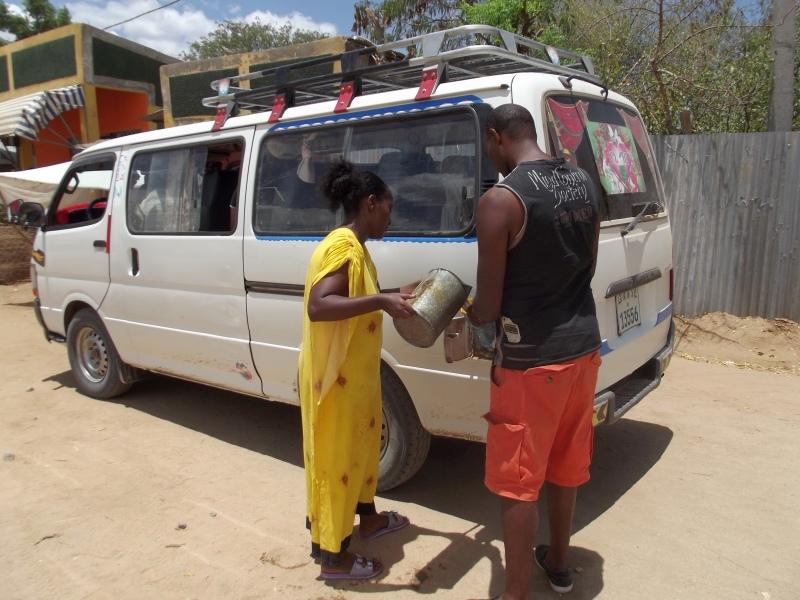 Nous faisons le plein :) Le territoire Mursi en Ethiopie. Voyage Séjour Trek Trekking Randonnée Road Trip en Ethiopie Visite de la Vallée de l'Omo en Ethiopie.