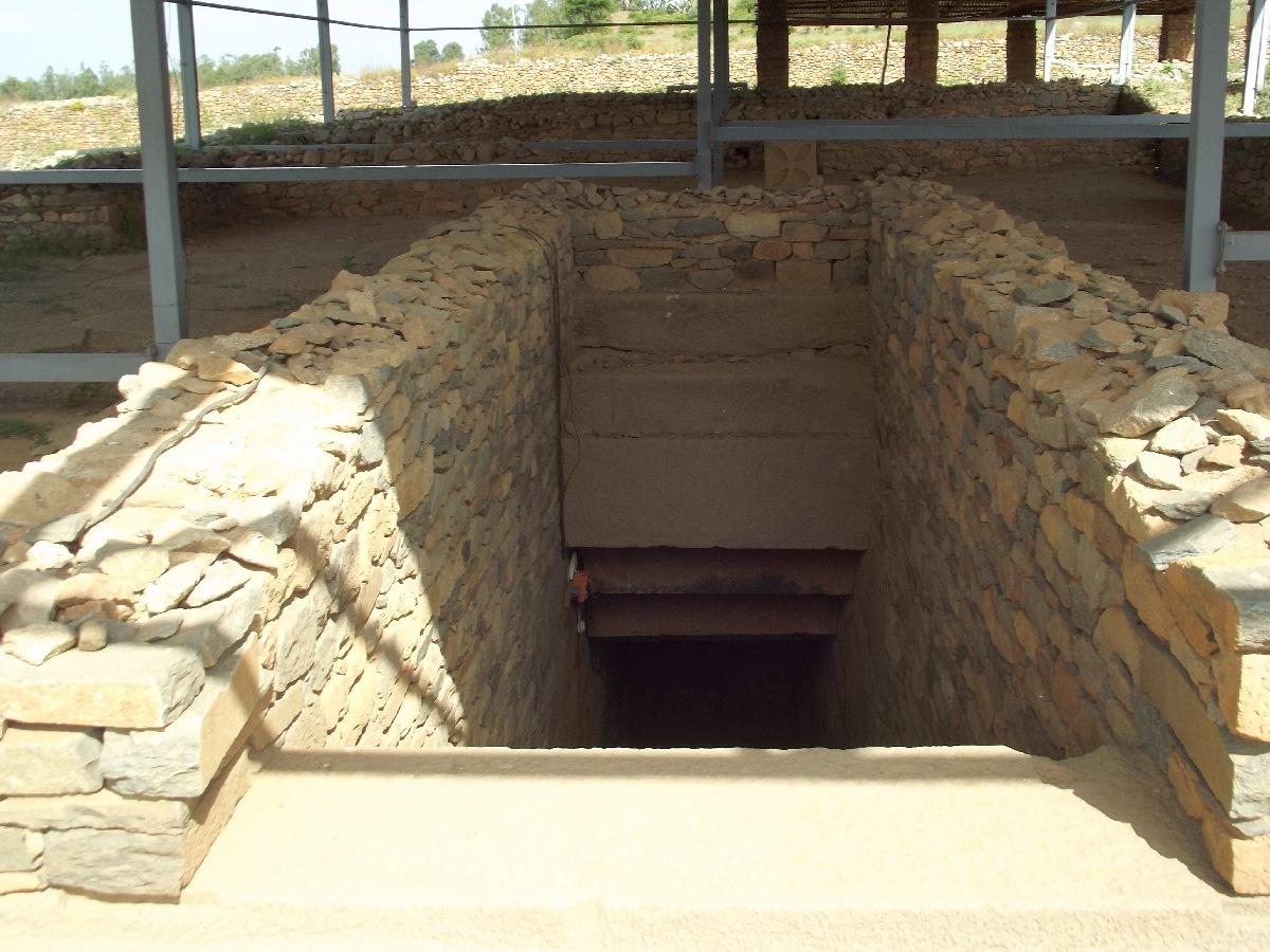 Le Tombeau du Roi Gebre Meskel (VIème siècle). Trek, randonnée et visite d'Axum en Ethiopie. Les Tombes du Roi Kaleb et de son fils le Roi Gebre Meskel (Gabra Masqal)